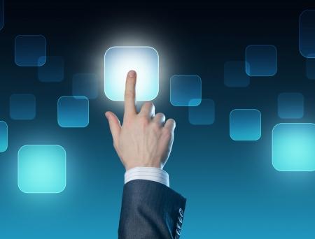 touchscreen: Mano del hombre al presionar el bot�n.Concepto de elecci�n