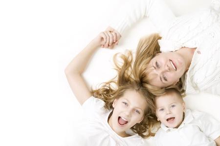 mama e hijo: Madre con ni�os.Familia feliz sonriendo sobre blanco Foto de archivo