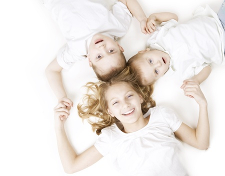brat: Dzieci. Happy Family uśmiecha się nad białym