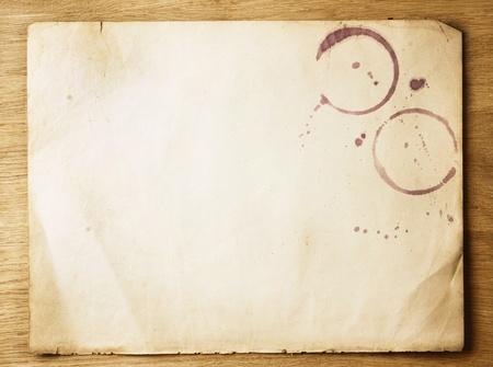 vecchiaia: Vecchio foglio di carta sopra fondo in legno