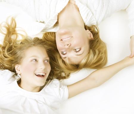 madre e hija adolescente: Madre con su hija en blanco Foto de archivo
