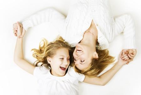 Madre con su hija en blanco