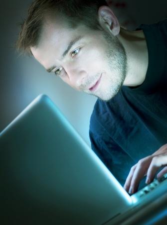 constat: Jeune homme avec un ordinateur portable Banque d'images