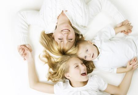 Moeder met kinderen. Gelukkig lachend familie over white