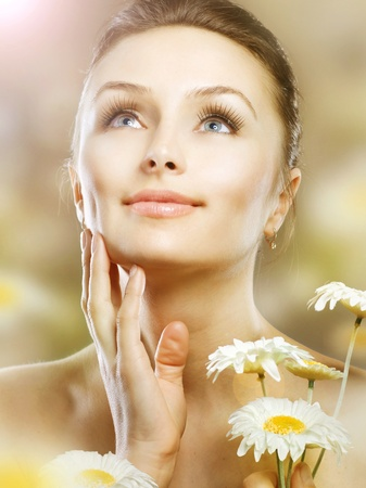 chamomile flower: Beautiful Spring Woman with Chamomile flowers.