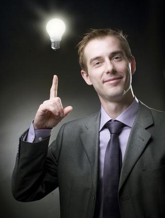ideas brillantes: Hombre de negocios con la Idea de bombilla