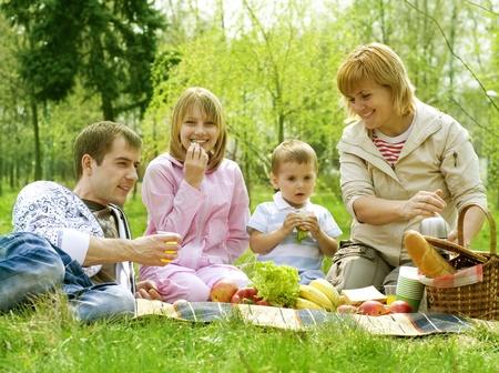 pique nique en famille: Famille heureuse en plein air. Pique-nique Banque d'images