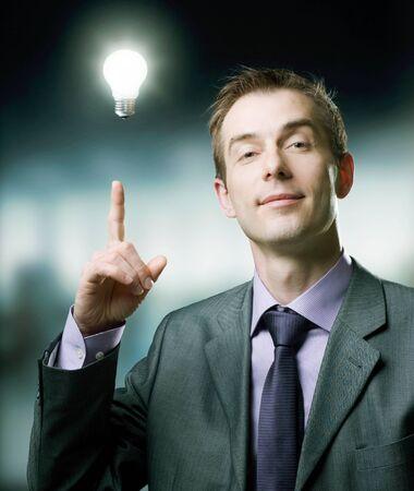 ideas brillantes: Hombre de negocios con la Idea de bombilla Foto de archivo