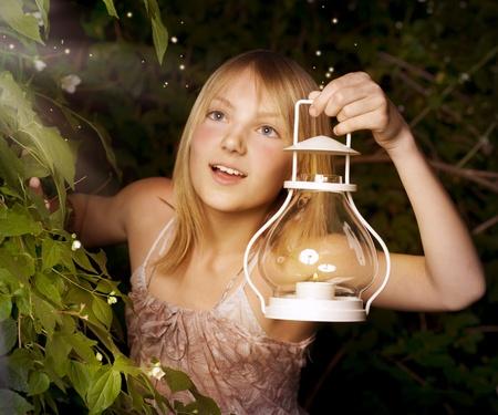 lampada magica: Ragazza con Magic Lamp. Miracolo di notte  Archivio Fotografico