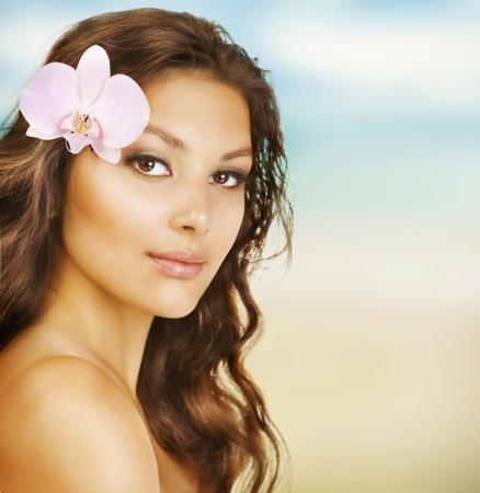 pampering: Hermosa mujer de verano en la playa Foto de archivo