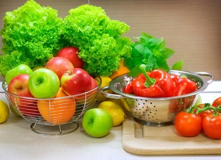 ensalada de frutas: Verduras frescas en la mesa de la cocina. Dieta