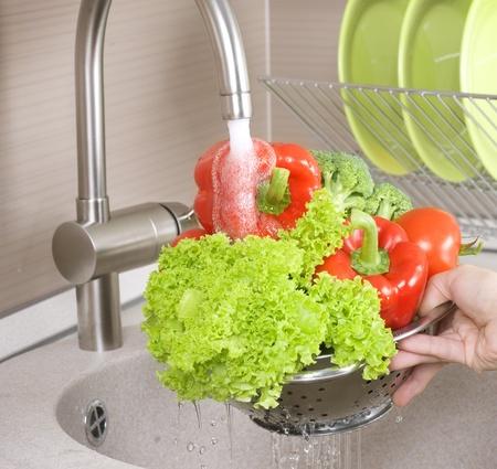 laver main: Laver les l�gumes frais Banque d'images