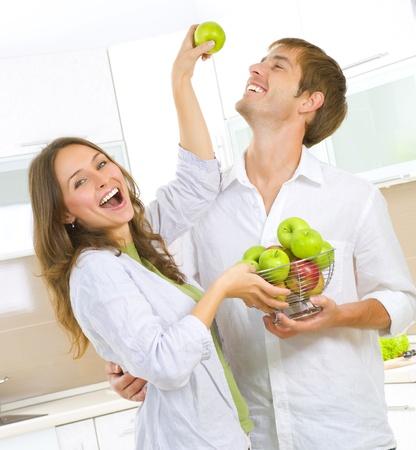 pareja saludable: Felices pareja comiendo frutos. Una alimentaci�n saludable. Dieta Foto de archivo