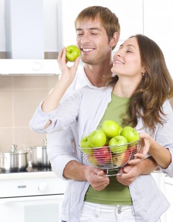 pareja saludable: Bonita pareja dulce comer frutas frescas. Alimentos saludables. Dieta