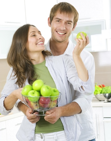 frutas divertidas: Encantadora pareja dulce comer frutas frescas. Alimentos saludables. Dieta