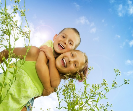 hermanos jugando: Ni�os felices. Hermana y hermano al aire libre. Familia