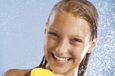baarse: Chica adolescente feliz teniendo ducha. Lavado