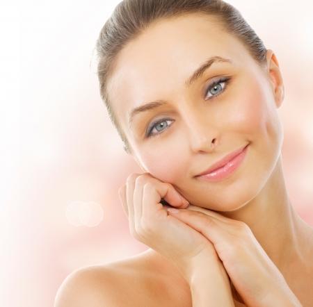 piel: Hermosa mujer saludable tocar su piel Foto de archivo