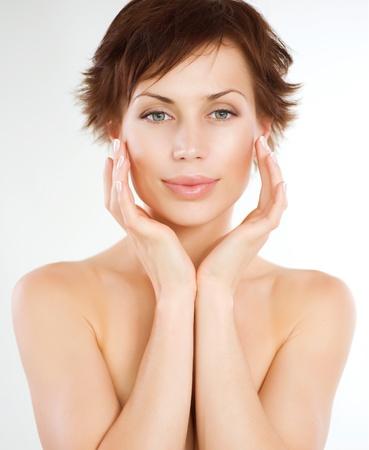 levantar peso: Joven mujer hermosa tocar su cara. Cuidado de la piel Foto de archivo
