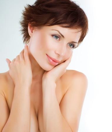 piel: Hermosa joven tocando su cara. Cuidado de la piel. Piel perfecta