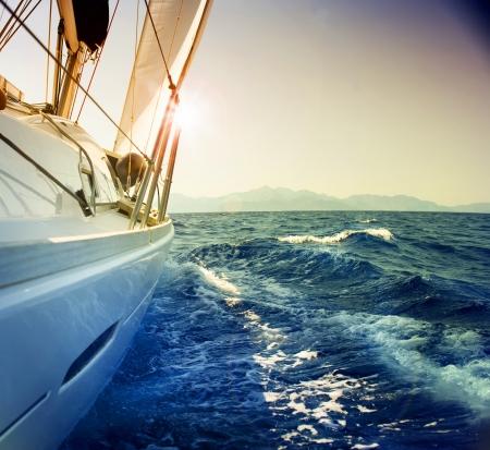 yachts: Yacht a vela contro il tramonto.Sailboat.Sepia tonificati  Archivio Fotografico