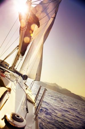 bateau voile: Yacht voile contre le coucher du soleil.Sailboat.Sepia tonique