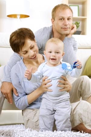 Familia feliz con bebé