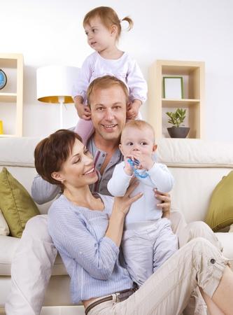 papa y mama: Familia feliz con ni�os