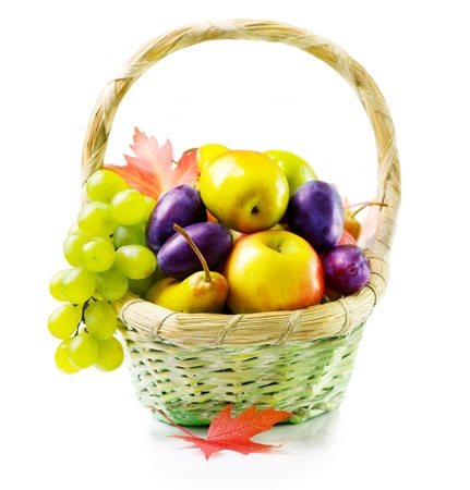 Frutos maduros orgánicos. Aislado en blanco