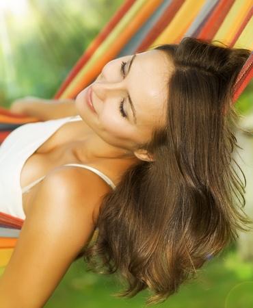 fin de semana: Hermosa joven relajante en hamaca