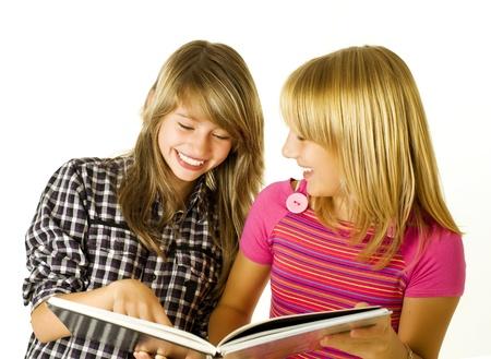 chicas adolescentes: Dos adolescentes leyendo el libro. Educaci�n