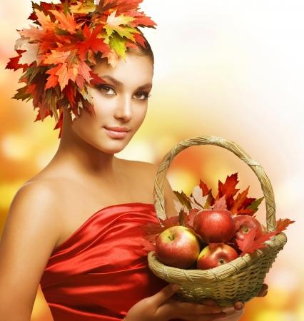 pomme jaune: Fille d'automne avec des pommes