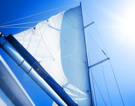 bateau voile: Voiles au ciel bleu. Concept de yachting. Voilier