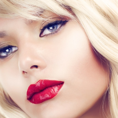 beauty make up: Beautiful Blond Woman Portrait. Hairstyle. Makeup