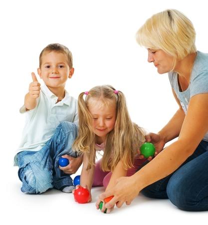 enfants qui jouent: Enfants jouant sur le plancher. Enfants heureuses. �ducation  Banque d'images