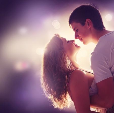 beso: Joven pareja de enamorados