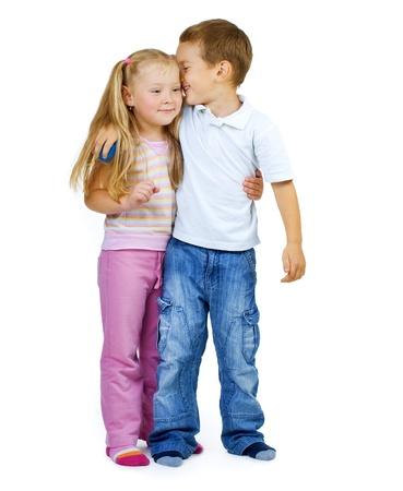 Niños. Retrato de longitud completa de niño y niña poco