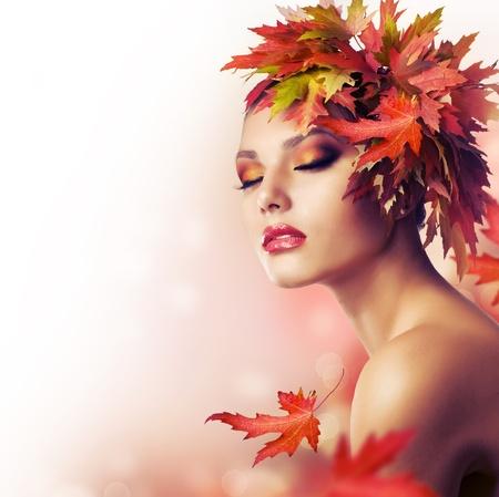 時尚: 秋天的女人。美妝