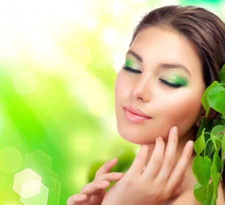 Belle femme avec feuilles vertes