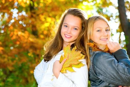 chicas divirtiendose: Hermosa Adolescentes Diversi�n en Oto�o Park. Al aire libre