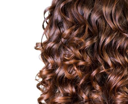 Cheveux bruns frisés isolé sur blanc
