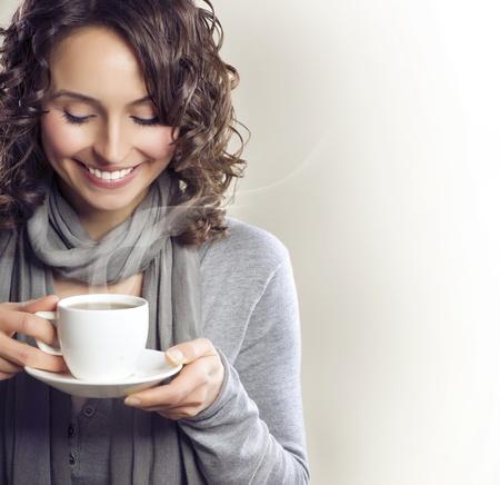 drinking coffee: Mujer hermosa con la taza de t� o caf�