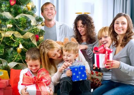 Feliz gran familia de explotación regalos de Navidad en su casa