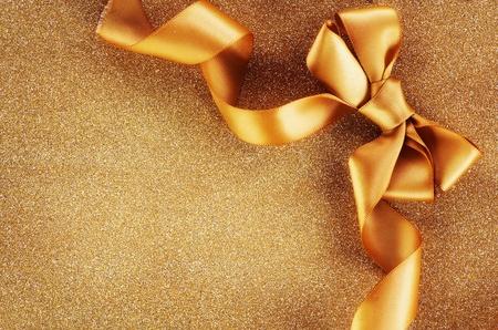 fiocco oro: Vacanze di fondo. Arco d'oro su uno sfondo lampeggiante