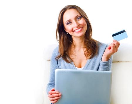 Lachende Vrouw winkelen online met credit card. E-shopping