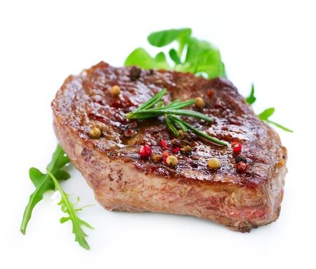 bistecche: Bistecca di manzo alla griglia isolato su uno sfondo bianco