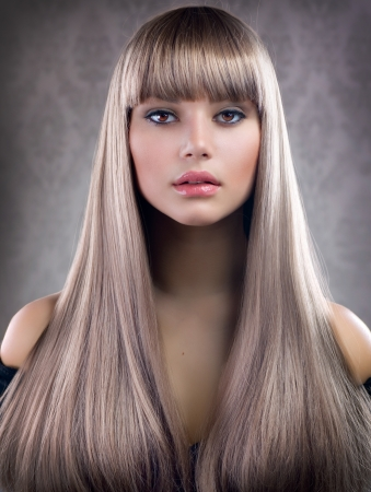 Beautiful Girl con el pelo rubio. El pelo largo saludable photo