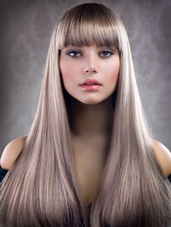 Bella Ragazza con i capelli biondi. Healthy Capelli lunghi photo