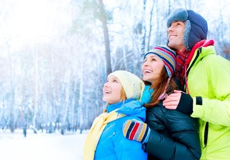 ropa de invierno: Al aire libre Happy Family. Nieve. Vacaciones de Invierno Foto de archivo