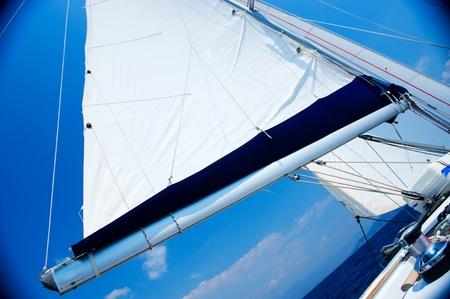 Segel �ber blauen Himmel. Yachting-Konzept. Segelboot